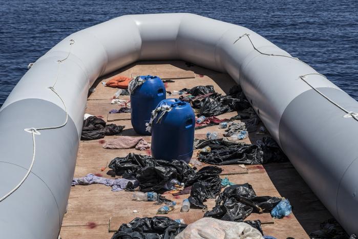 Ngo'erne har spillet en central rolle i flygtningeindsatsen, siden Italien i slutningen af 2014 afbrød redningsoperationen Mare Nostrum, hvilket førte til, at markant flere flygtninge og migranter omkom i Middelhavet. Men de er også blevet beskyldt for at fremme flygtningetrafikken ved at sejle ind i libysk territorialfarvand. Over 100 mennesker blev reddet fra denne lille båd.