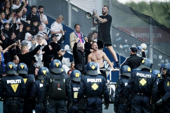 I søndags endte det i voldsomme uroligheder og sammenstød mellem hooligans og politiet, da FCK mødte Brøndby på Brøndby Stadion. Nu viser det sig at FCK's fankoordinator har tætte forbindelser tilen af lederne bag gruppen København Hooligans.