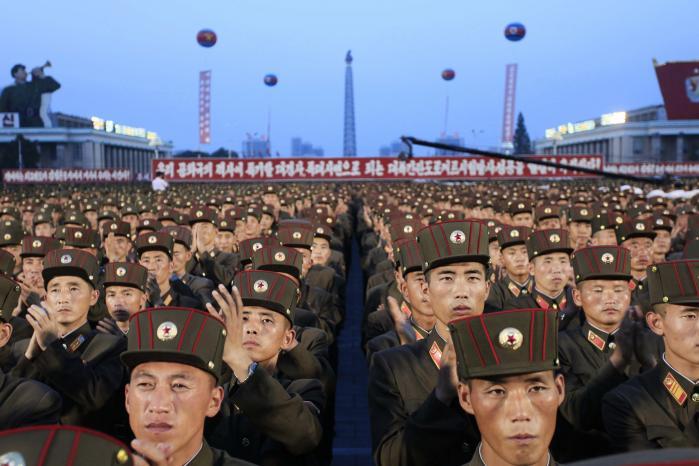 Nordkoreanske soldater følger affyringen af Nordkoreas første interkontintale missil tidligere på året. Snart får de med al sandsynlighed endnu en missilaffyring at overvære. Foto: Jon Chol Jin/AP