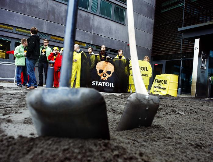 Statoil har hyret et overvågningsfirma til at holde øje med Greenpeace i New Zealand, bekræfter Statoil selv i kølvandet på, at Greenpeace har fået verificeret et tip om overvågningen. Her er det Greenpeace-aktivister ved Statoils hovedkvarter i København i 2010, hvor de demonstrerede mod et tjæresandsprojekt i Canada.