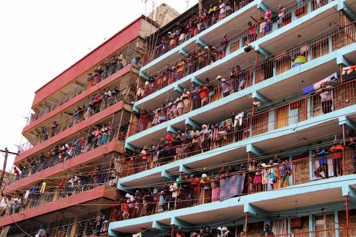 Kenyanere observerer en demonstration overvalgresultatet, der erklærede oppositionslederRaila Odinga som taber.