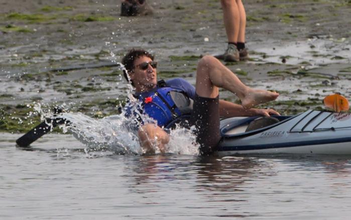 Justin Trudeau falder i vandet under en kajaktur, en af hans utallige photoops.