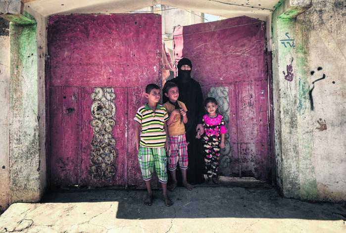 Laila Jamils mand døde, mens han kæmpede for IS. I dag frygter hun for sit og børnenes liv og har barikaderet sig i sit hjem i Mosul.