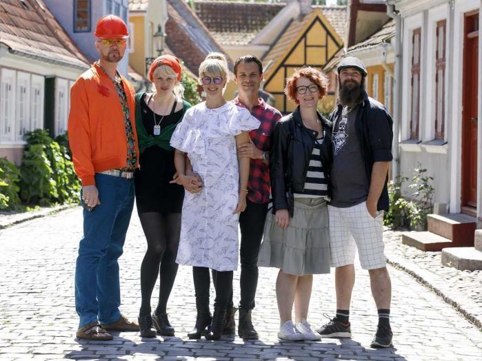 Det har været en god dag på castingbureauet, da de fandt deltagerne i denne første sæson af 'Hotelkampen' på TV 2. Pressefoto.