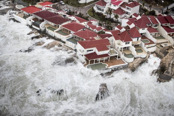 Øen Saint Martin i Caraiben er blandt de områder, som er ramt af orkanen Irma. Mange mennesker oplever allerede nu på egen krop konsekvenserne af klimaforandringerne. Med den økologiske krise følger en række nye,asymmetriske magtrelationer, som borgeren, politikeren og samfundsforskeren må gøre sig bevidst