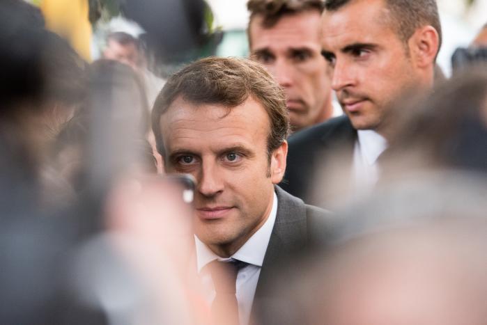 På trods af at kun lidt under otte procent af franskmændene er medlem af en fagforening, har de fem største fagforeninger forhandlingsret i virksomhederne i Frankrig. En af de beføjelser, Macronsregeringhar tænkt sig at ændre, er, at små virksomheder skal kunne forhandle direkte med de ansatte uden om fagforeningerne i Frankrig.