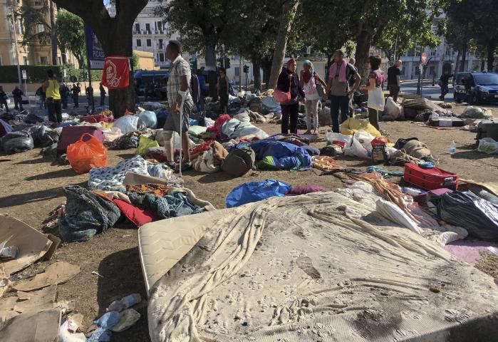 Immigranter på gaden i Rom, efter at de er blevet smidt ud af et hus af politiet. Da EU-Kommissionsformand Jean-Claude Juncker for et år siden gav sin 'State of the Union'-tale, stod EU midt i en alvorlig krise. Et år senere er den generelle opfattelse, at der er nogenlunde styr på flygtningekrisen.