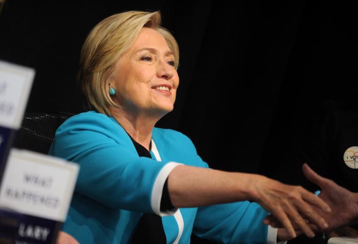 Hillary Clinton understregerblandt andet i sin nye bog at»jo mere succesrig end mand er, desto bedre kan folk lide ham. For kvinder er det omvendt.«