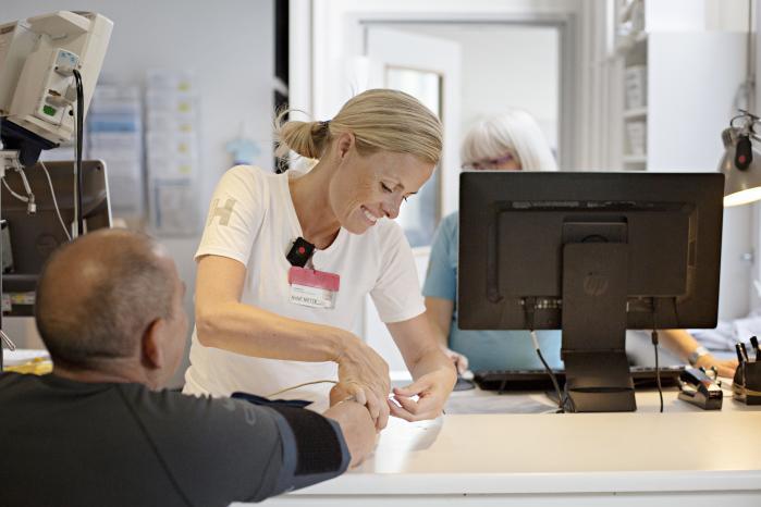Det danske sundhedssystem har styr på kerneydelserne: kontakt med patienter og operationer. Men det haltermed ventelister, systemfejl, manglende organisering og dårlig kommunikation, mener klinikchef og overlæge på Rigshospitalet Liselotte Højgaard. Billedet er fra Akutmodtagelsen på Bispebjerg Hospital.