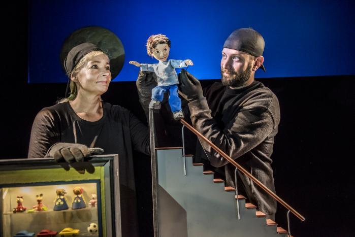 Skuespillerne Lisbeth Knopper og Morten Bo Koch tilføjer Palle-figuren en jordnær irritation over alle de ting, som Palles mor siger, at han skal, så forestillingen 'Palle alene i verden' får dynamik og intensitet.