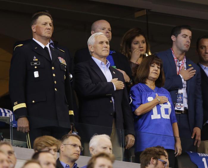 Mike Pence og hans hustru under afviklingen af den amerikanskenationalmelodi før NFL-kampen mellem Indianapolis Colts ogSan Francisco 49'ers i søndags.