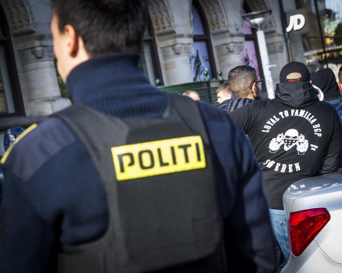 Bandemedlemmer foran Københavns byret. Tirsdag undgik bandelederen Shuaib Khan for fjerde gang en ubetinget udvisningsdom, da han blev idømt tre måneders fængsel for at have truet en politibetjent på Nørrebro.