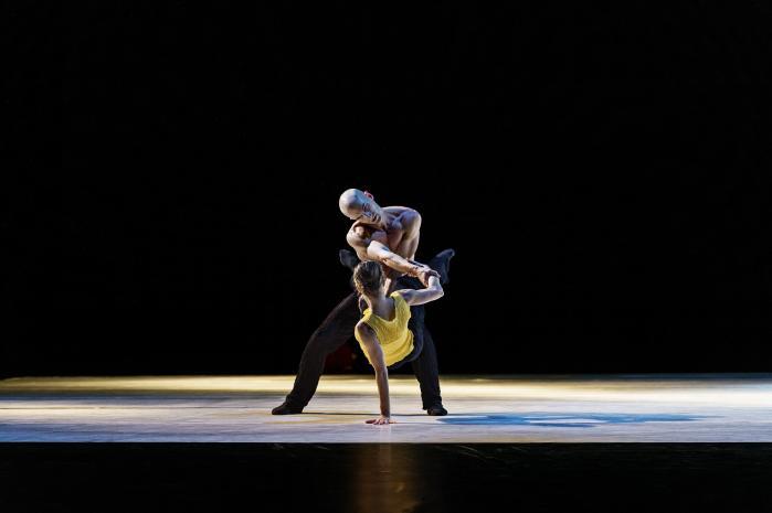 I 'Silk & Knife 2' bliver kærligheden også til tvang. Her med Jonathan Chmelensky og Lena-Maria Gruber i et tvivlsomt favntag.