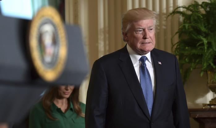 Præsident Donald Trump har meddelt, at han vil sætte en proces i gang, der kan føre til USA's udtræden af atomaftalen med Iran.