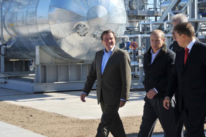 Tyskland og Angela Merkel har stædigt fastholdt, at byggeriet af den russiske gasledning Nord Stream 2 udelukkende handler om økonomi. Kort efter Gerhard Schröder (tv) tabte valget til netop Merkel, blev han ansat som bestyrelsesformand i Nord Stream af sin gode ven Vladimir Putin, som han her inspicerer den første rørlednings startpunkt i Vyborg, Rusland, med.