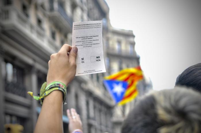 EU fastholder, at der er tale om et indre spansk anliggende, som må løses efter spansk lov. Det er en støtte til regeringen i Madrid. Det står klart, at et Catalonien, der forlader Spanien, også vil være et Catalonien, der forlader EU