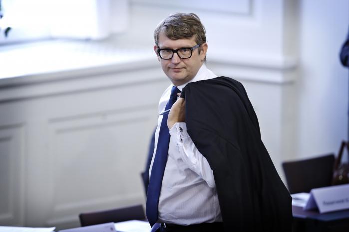 Beskæftigelsesminister Troels Lund Poulsen (V) medgiver, at det »er ingen hemmelighed, at vi har set eksempler på jobcentre, der har sendt borgere i ressourceforløb, selv om det har været meget svært at se, at de kunne komme tættere på arbejdsmarkedet«.