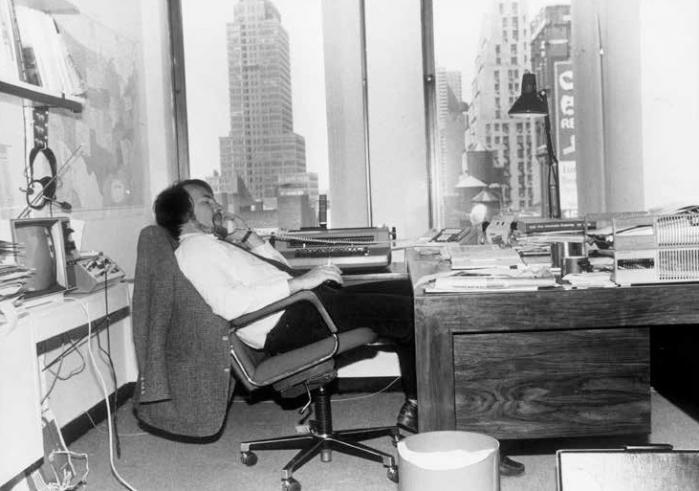 Lasse Jensen på DR's kontor på Times Square i New York. Den tilbagelænede korrespondent taler med Ulla Terkelsen på redaktionen i Radiohuset.