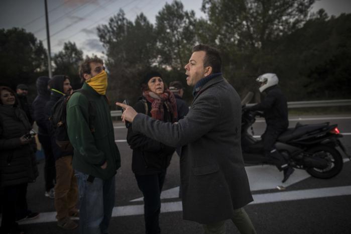 Der diskuteres højlydt i Catalonien disse dage. Her er det en bilist, der er utilfreds med generalstrejken, der blokerer motorvejen i Barcelona.
