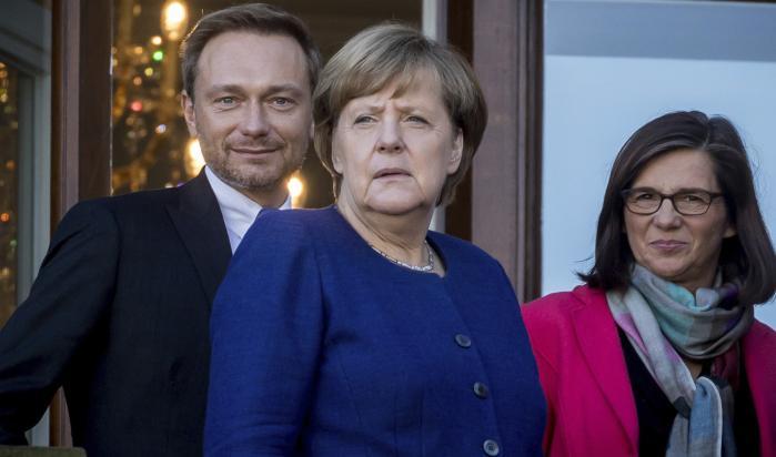 Kansler Angela Merkel med lederen fra resten af den Jamaica-koalition, der ventes at danne regering i Tyskland, FDP's Christian Lindner og De Grønnes Katrin Goering-Eckardt. Ikke mindst på flygtningeområdet er det vanskeligt at samle de tre på et område, hvor Lindner mener, at De Grønne vil føre en politik, der vil sende endnu flere ud til AfD.