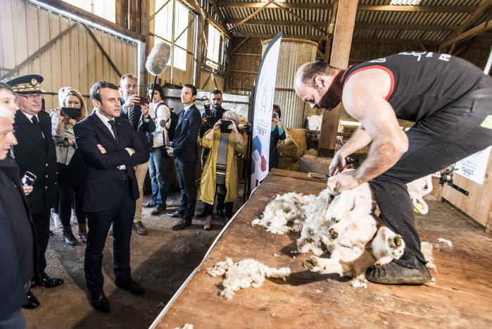 Den franske præsident Emmanuel Macron på landligt besøg. I lande som Frankrig og Irland er der uro for handelsaftaler med især sydamerikanske Mercosur, og den ikke så populær franske leder vil gerne undgå kampe med landets magtfulde landbrugslobby, der har været relativt beskyttet mod konkurrence udefra.