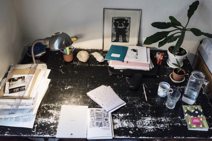 Hvordan indretter forfatterne sig, når de skriver? Hvilke genstande omgiver de sig med, og hvordan ser der i det hele taget ud, der hvor værkerne skrives? Hver uge viser vi en dansk forfatters skrivebord