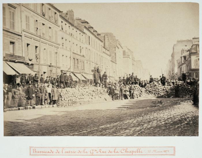 Barrikade på Rue de la Chapelle marts 1871. Pariserkommunen blev efter 60 dage ved magten nedkæmpet i en blodig militæraktion, men har siden lagt navn til revolutionære visioner verden over.