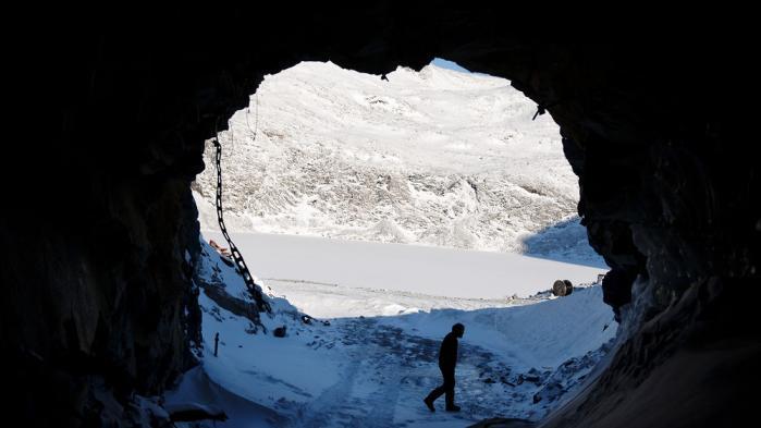 Det nye Grønland leder under isen, i klipperne og i jorden efter sin økonomiske fremtid. Men hvor langt kan råstofferne føre Grønland? Og formår det lille samfund at modstå presset fra de magtfulde interesser, der vil tage del i den fest, der kan ligge forude?