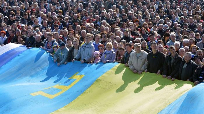 Ved indgangen til 2014 havde de færreste forestillet sig, at protesterne på Maidan-pladsen i Ukraine ville føre til Ruslands annektering af Krimhalvøen, EU-sanktioner mod Rusland og regulær borgerkrig i det østlige Ukraine. Nu, et år senere, er den russiske økonomi kørt i sænk, konflikten i Ukraine frosset fast og forholdet mellem Putins Rusland og Vesten det dårligste siden Den Kolde Krigs afslutning.