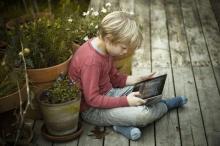 Det er nærmest blevet et symbol på forældresvigt at parkere afkommet med en iPad. Men børnene har selv ofte brug for en pause, og selv når den bliver brugt til at give forældrene frihed, er billedet af en ny ond verden misvisende: De gode gamle dage var jo fyldt med huslige pligter, børn, der passede hinanden, mødre og fædre, der arbejdede dagen igennem, og børn, der indimellem måtte passe sig selv. U den at blive dårlige mennesker af den grund.