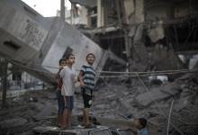 I serien Dagbog fra krigen kommer vi tæt på konflikten i Israel og Palæstina gennem de mennesker, der lever med konflikten. Fra Gaza skriver Wedad Naser, der er hjælpearbejder og palæstinenser. Itzik Yushuvaev er israeler og skriver fra sin hverdag som indkaldt til den israelske hær.