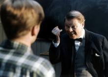 »Nå, Tykkesen, har du potentiale nok til at fortælle osom Den anden puniske krig? Rejs dig kun, Tykkesen, du smækfede yngling. Lukkun dit vældige gab op, du hvalfisk! Spyt dine ypperlige kundskaber ud. Dølgikke din viden for os. Vær ikke nærig eller påholdende meddin visdom.« Fritz Helmuth i rollen som lektor Blommeudviste et stjerneeksempel på, hvordan man ikke bør varetage børneopdragelse.