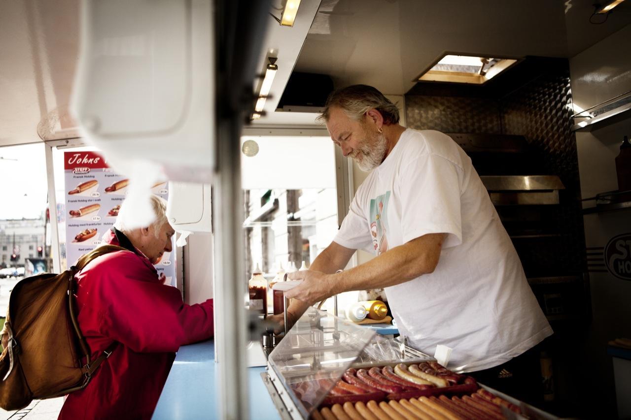 Madanmeldelse af John's Hotdog Deli fra information.dk