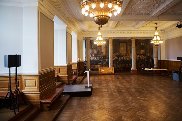 Socialdemokraterne sagde farvel til regeringsmagten og til deres formand i nat. I en sal på Christiansborg blev der pyntet op, festet og ryddet op igen. Og det var så det.