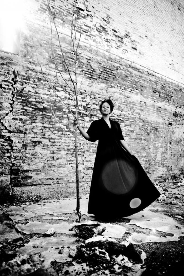 """Skuespiller og instruktør Hella Joof er aktuel med sin nye film """" se min kjole"""". Filmen handler om at være en stærk kvinde trods modgang. Foto: Sara Galbiati"""