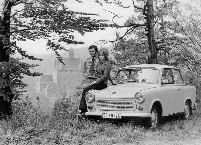1975. Den renskurede idyl i det socialistiske paradis DDR. Den der venter på noget godt venter ikke forgæves - køberne af en Trabant måtte indstille sig på en halv snes års leveringstid. Foto: uair01/Flickr