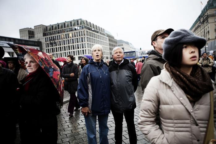 Berlin. 20 år efter murens fald. Tilskuerne på Brandenburger Tor lytter til Angela Merkels åbningstale. Foto: Sigrid Nygaard