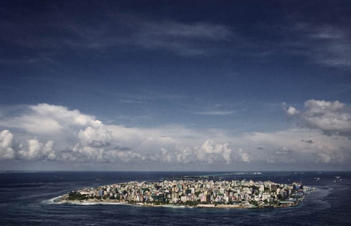 Malé. En af verdens tættest befolkede byer. Næsten 104.000 mennesker må deles om seks kvadratkilometer. Eksperter forudser, at inden for de næste 15 år vil det stigende hav tvinge øernes 396.000 beboere til at emigrere. Foto: Francesco Zizola