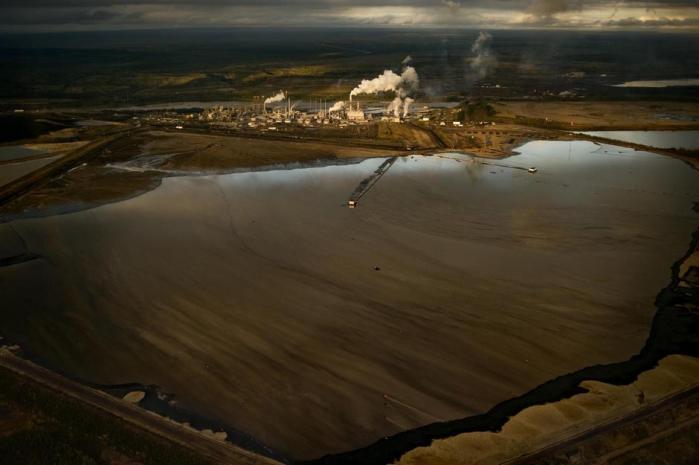 Oliesandet i Alberta, Canada, udgør verdens næststørste kilde til råolie efter Saudi-Arabien. Under et område på størrelse med den amerikanske delstat Montana, anslås det, at der ligger 170 mia. tønder råolie. Til forskel fra konventionel råolie, som pumpes op dybt fra jordens indre, er oliesand en blanding af sand, ler, vand og tjæreagtige stoffer, som findes tæt på overfladen. Foto: Jon Lowenstein
