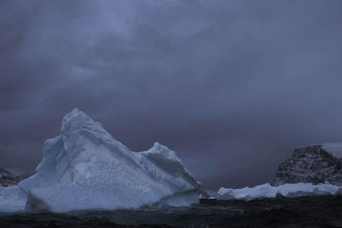 """""""Det her vejr tilhører ikke os. Det tilhører nogle andre. Hvis vi ikke har is, dør vi."""" Med denne forudsigelse opsummerer en inuitjæger den alvorlige situation for det oprindelige folk, som bor i det nordlige og østlige Grønland. Foto: Stanley Greene"""