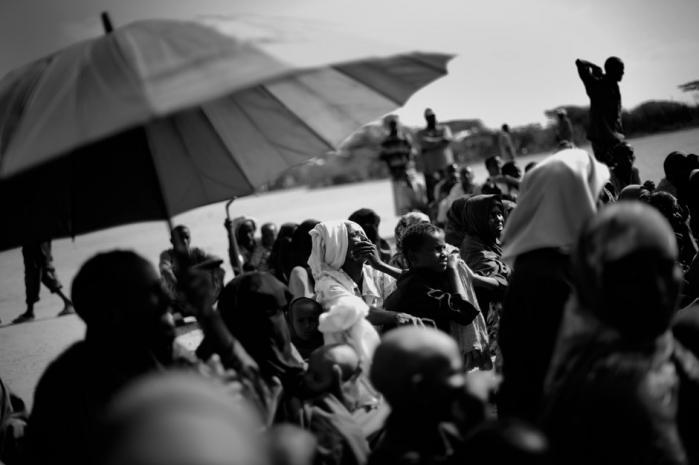 Verdens største flygtningelejr i Dabaab, Kenya, er fyldt til bristepunktet med over 300.000 indbyggere, og hver dag kommer flere til. Mange af dem har forladt det sydlige Somalia som følge af krig. Andre er såkaldte klimaflygtninge, mennesker, som er blevet tvunget til at forlade deres hjem efter flere måneders alvorlig tørke. Foto: Jan Grarup