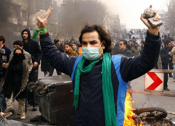 En tilhænger af den iranske opposition i Tehran den 27. december. Foto: Scanpix