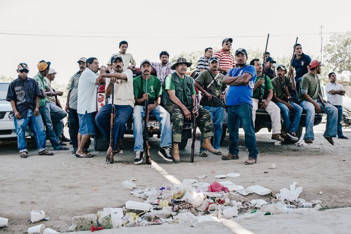 For otte måneder siden forsvandt 43 studerende i Iguala, Mexico. Forbrydelsen, som både politi, politikere og narkokarteller synes impliceret i, er forblevet uopklaret. Nu griber lokale borgere til våben for at beskytte deres landsbyer