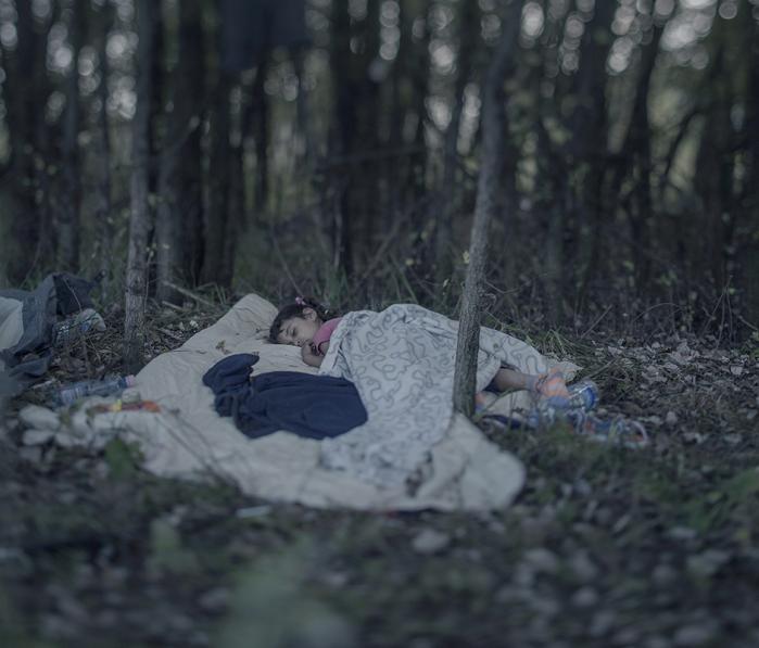 Når mørket falder på og trætheden melder sig, kan det være svært at falde i søvn. Især når man er på flugt fra Syriens rædsler. Fotografen Magnus Wennman har mødt disse 16 flygtningebørn rundt omkring i Europa