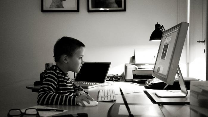 Selvom vi for længst har vænnet os til floskler som informationssamfund, digitalisering og e-altmuligt så halter vores viden om it langt bagud. Måske skyldes det, at vi har lullet os ind i en forestilling om, at vores børn og unge er digitale indfødte, der automatisk tilegner sig de nødvendige kompetencer.