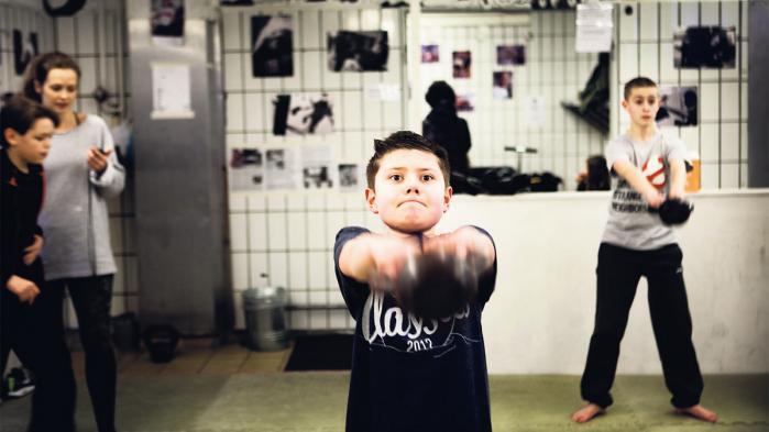 Danskerne vælger i stigende grad holdsport fra, når de motionerer. Idealet om en sund og flot krop er vigtigst, viser ny rapport. Det har givet vind i sejlene for den højintensive træningsform, Crossfit, som omkring 40.000 danskere dyrker. Successen er så stor, at grundlæggerne nu har startet et hold for børn helt ned i syvårsalderen
