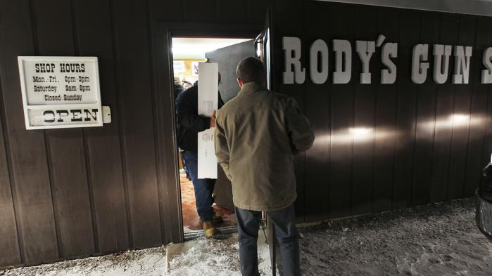 To våbenfabrikanter i New Hampshire har sponseret præmierne til det lotteri, som politimesterforeningen her har udskrevet. Køb et lod for 30 dollar, og er man heldig, er præmien en halvautomatisk Ruger SR-556c, som kan afhentes i Rody's Gun Shop (billedet) i Newport. Lotteriet har fået en del opmærksomhed fra de amerikanske medier og kritik fra flere sider. Foto: Cheryl Senter/The New York Times
