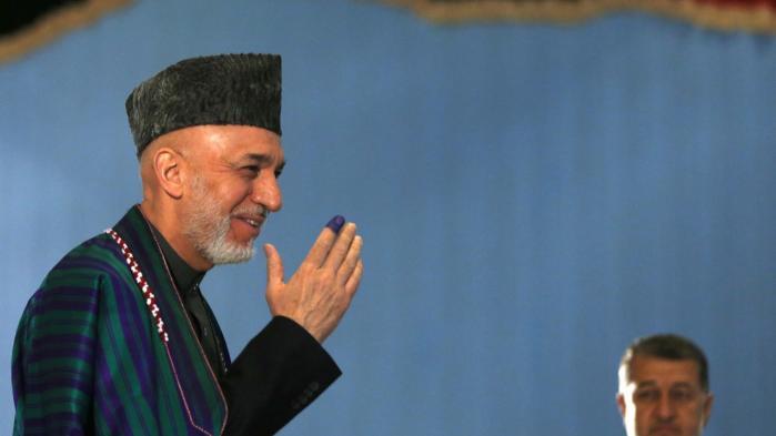 Hamid Karzai har været præsident i Afghanistan siden 2001. Her ses han til præsidentvalget lørdag.