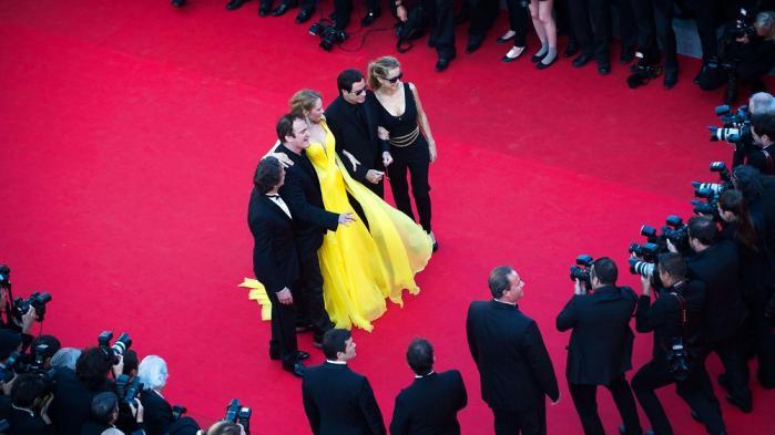 I år er det 20 år siden filmen Pulp Fiction vandt Den Gyldne Palme. Her ses skuespillerne fra filmenUmaThurman, John Travolta og Travoltas hustruKellyPreston,producerenLawrenceBender og instruktørQuentinTarantino på den røde løber til dette års festival. Men hvis efternavnet ikke er Tarantino, Leigh eller Dardenne, så kan det være svært at få distribution i de danske biografer.