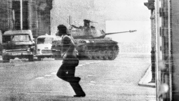 'Fjern Stjerne' foregår i Chile i starten af 1970'erne. Og det er under Pinochets militærkup i 1973, at officer (og monster) Carlos Wieder slår sig løs, myrder og skriver poesi.